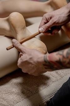 Acupressão, reflexologia. medicina natural, reflexologia, massageador de pés com acupressão oprime os pontos de fluxo de energia.