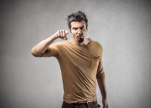 Acusando gesto de um homem