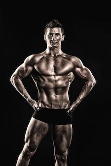 Adam com o peito nu. fisiculturista atlético pose em calças. gladiador ou atlant. esporte e treino. homem com corpo musculoso.
