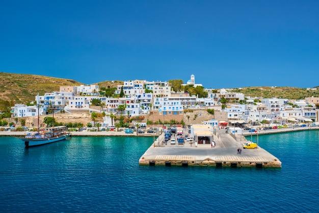 Adamantas adamas, cidade portuária da ilha de milos, grécia