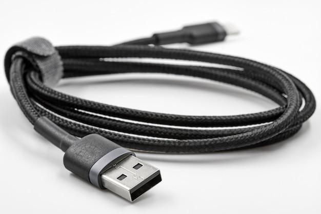 Adaptador preto usb para micro usb tipo c dados e cabo de alimentação em fundo branco. fechar-se