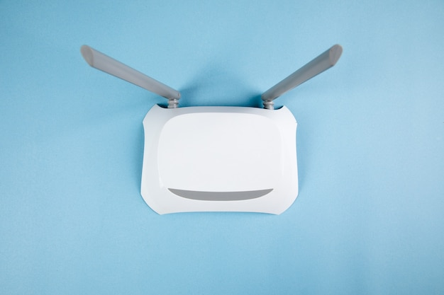 Adaptador wi-fi branco em uma superfície azul