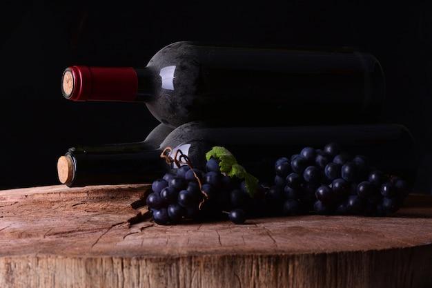 Adega com uvas e garrafas