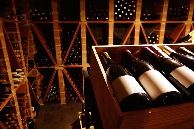 Adega de vinho do mediterrâneo com garrafas