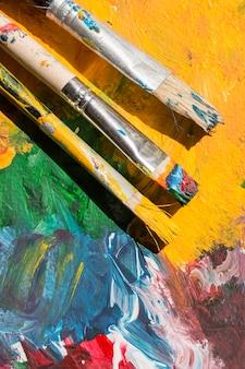 Adereços de artista na mesa