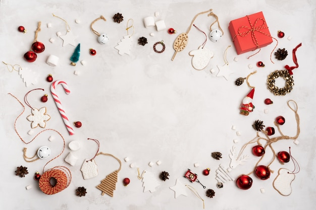 Adereços de natal, caixa de presente embrulhada, biscoitos de gengibre, brinquedos festivos de decoração vintage, bolas sobre fundo branco.