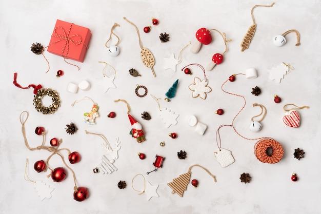 Adereços de natal, caixa de presente embrulhada, biscoitos de gengibre, brinquedos festivos de decoração vintage, bolas