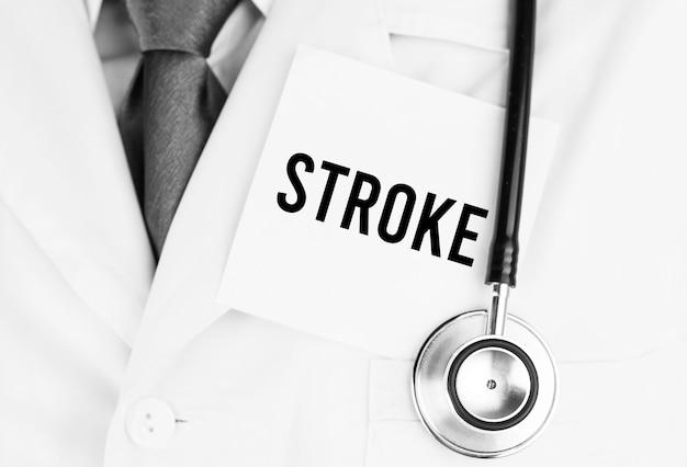 Adesivo branco com o texto stroke deitado na túnica médica com um estetoscópio