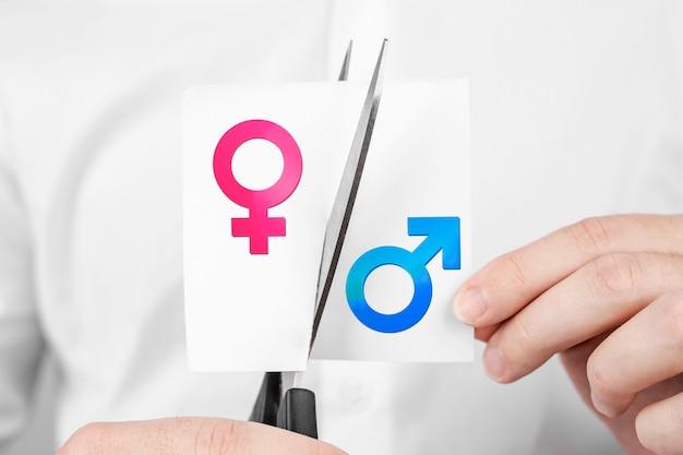 Adesivo de homem cortando tesoura com sinal de homem e mulher