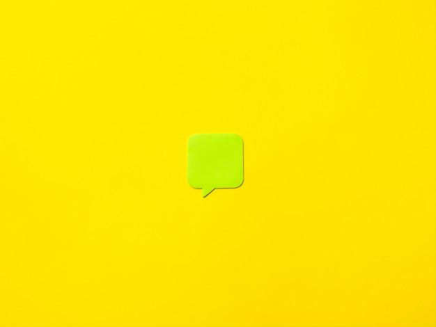Adesivo em branco para notas sobre um fundo amarelo