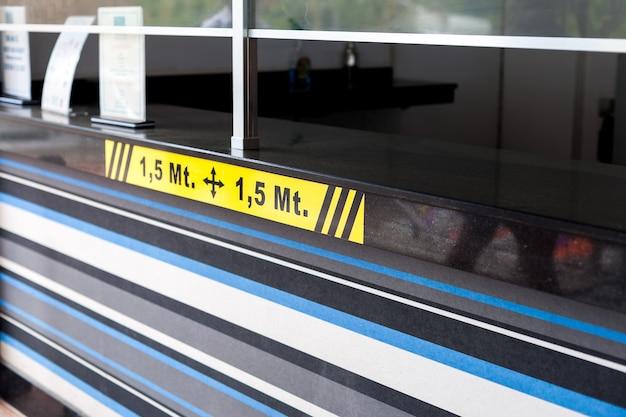 Adesivo sinal de alerta da distância social de marcações amarelas de metros entre as pessoas na fila d ...