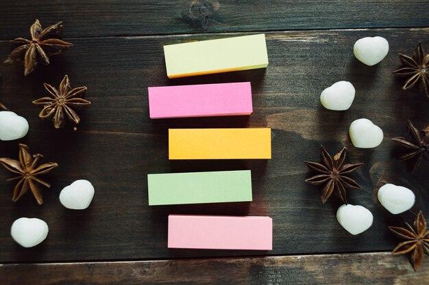 Adesivos coloridos em branco na mesa de madeira