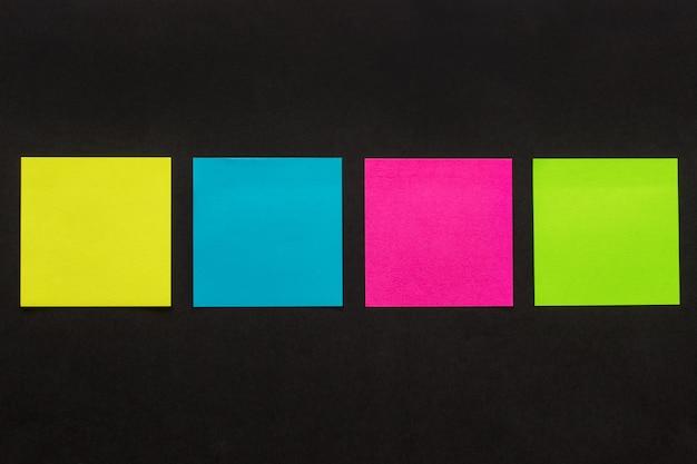 Adesivos coloridos em fundo preto