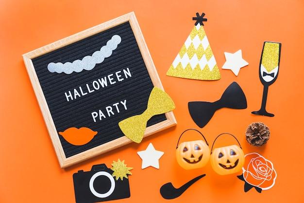 Adesivos de halloween e baldes perto de quadro com a escrita