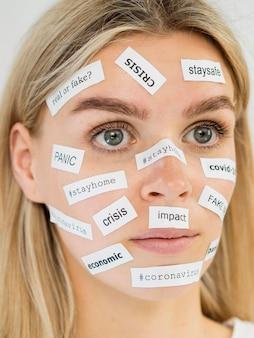 Adesivos de notícias reais ou falsas no rosto da mulher