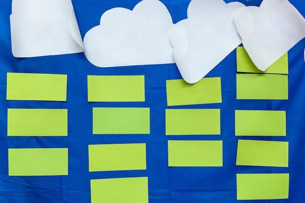 Adesivos de papel verde e branco em um fundo azul, plano de fundo para o designer