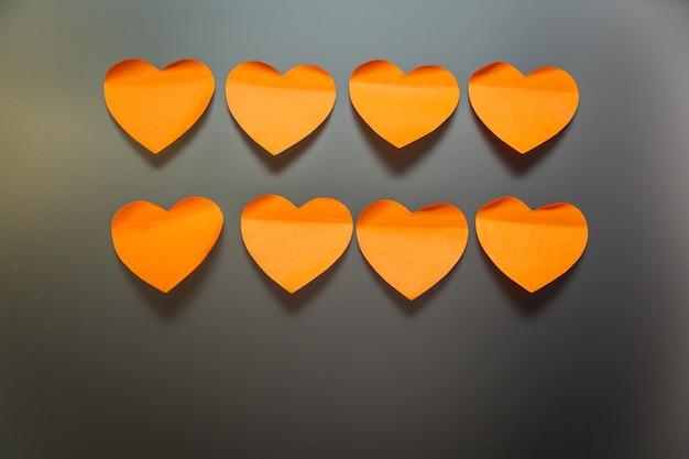 Adesivos de papelaria em forma de coração em um fundo cinza
