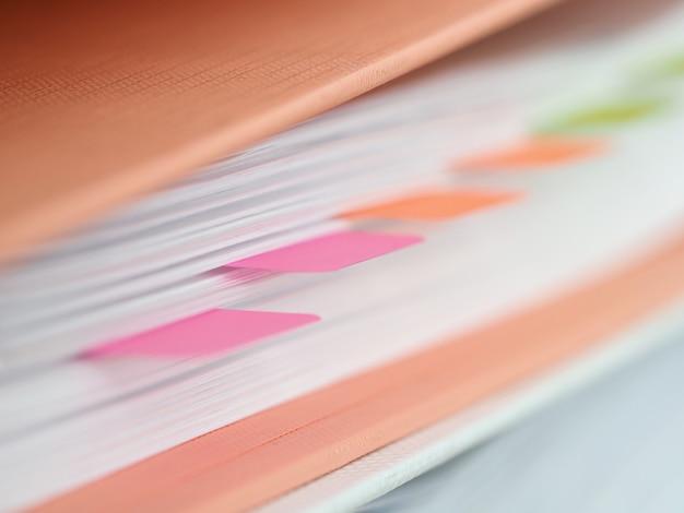 Adesivos de plástico são colados pasta com documentos