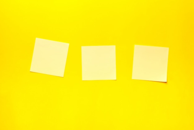 Adesivos em um fundo amarelo. lugar para texto, notas. minimalismo.