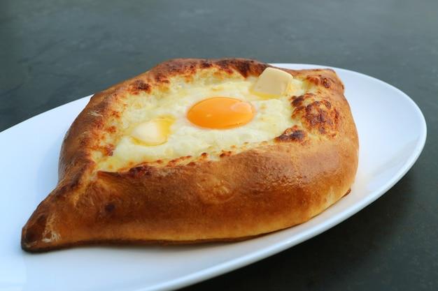 Adjarian khachapuri, um prato de pão tradicional georgiano com queijo e ovo fresco
