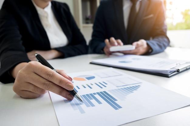 Administrador de negócios, inspetor financeiro e secretário, fazendo um relatório, calculando o saldo. documento de verificação do internal revenue service. conceito de auditoria