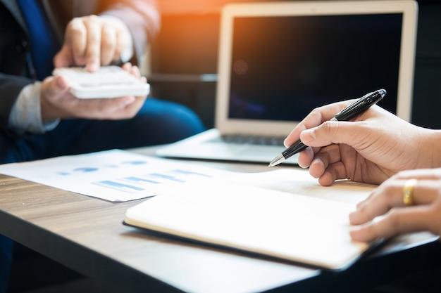 Administrador de negócios, inspetor financeiro e secretário, fazendo um relatório, calculando o saldo. documento de verificação do internal revenue service. conceito de auditoria.