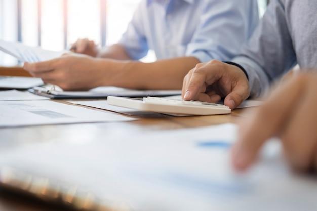 Administrador de negócios, inspetor financeiro e secretário, fazendo um relatório, calculando o saldo.