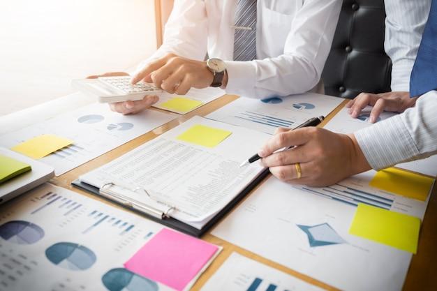 Administrador de negócios, inspetor financeiro e secretário, fazendo um relatório, calculando ou verificando o saldo. documento de verificação do inspetor do internal revenue service. conceito de auditoria.