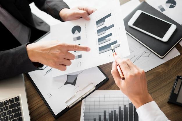 Administrador de negócios inspetor financeiro e secretário que faz um relatório