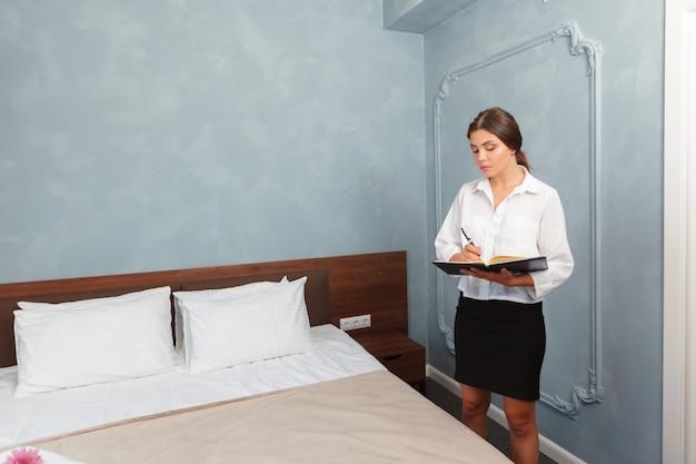 Administrador do hotel escrevendo na área de transferência