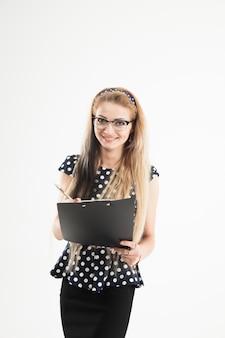 Administradora confiante de óculos com papéis