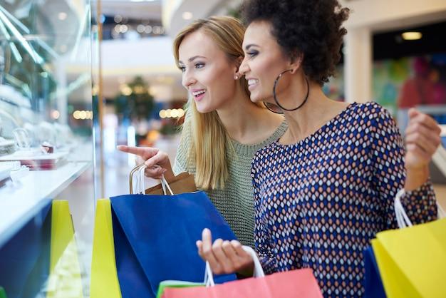 Admiração pela vitrine do shopping