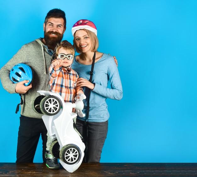 Adoção da paternidade familiar e o conceito de pessoas feliz mãe e pai no capacete protetor menino segura