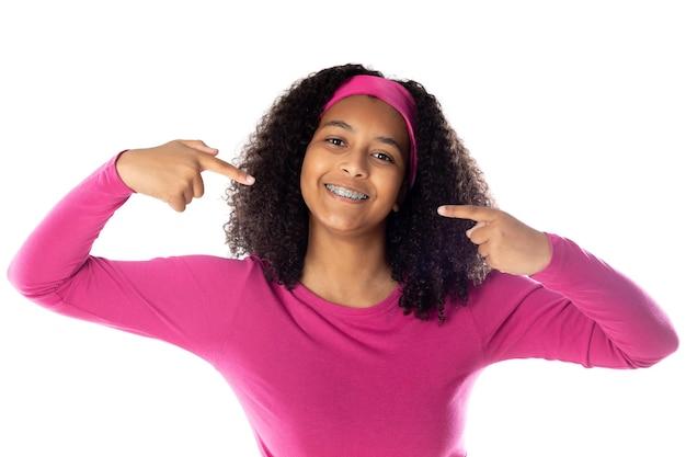 Adolescente africano fofo com uma bandana rosa isolada em um fundo branco