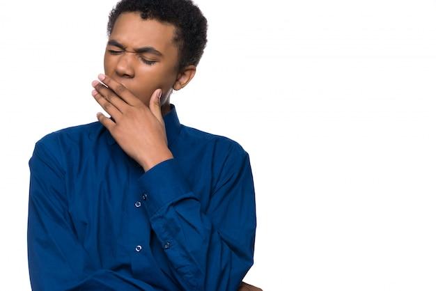 Adolescente afro-americano cansado boceja.
