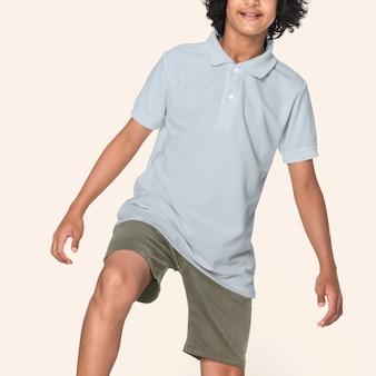 Adolescente afro-americano usando uma camiseta polo azul para jovens fotos
