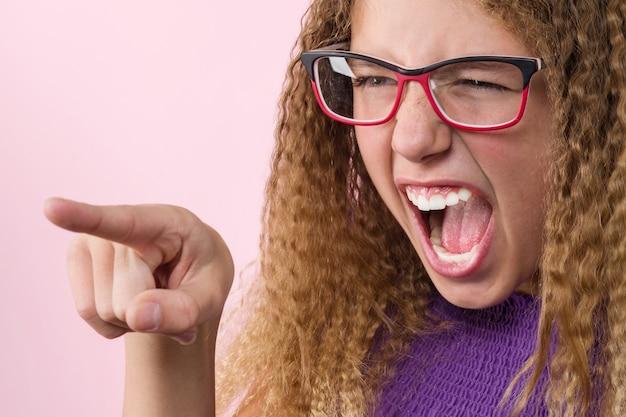 Adolescente agressivo grita e aponta o dedo