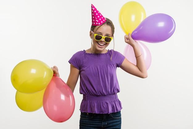 Adolescente alegre com balões