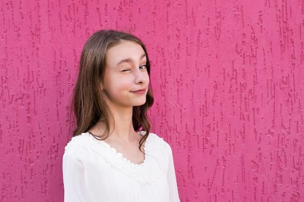 Adolescente alegre posando do lado de fora