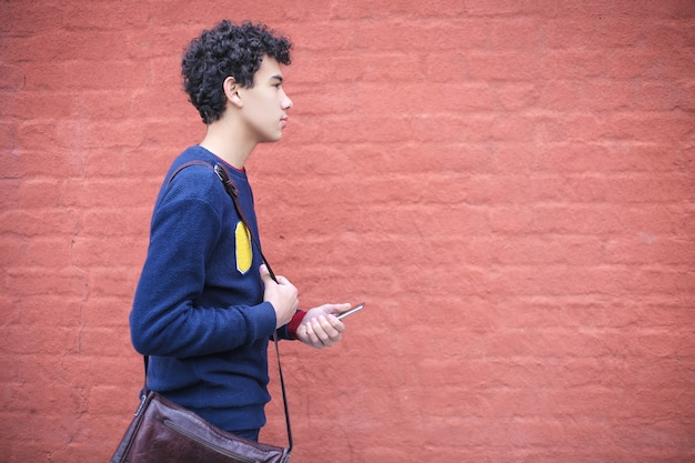 Adolescente andando na rua