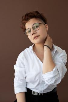 Adolescente andrógino com roupas elegantes