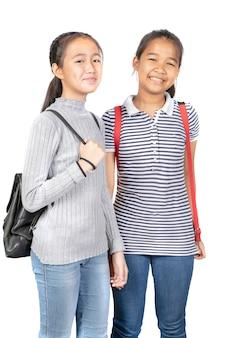 Adolescente asiática alegre com mochila escolar em pé com cara sorridente