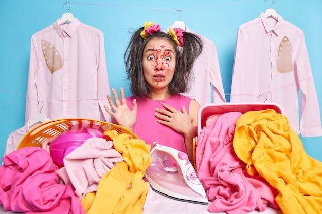 Adolescente asiática emocionada e surpresa que ajuda os pais sobre a casa com cara feia