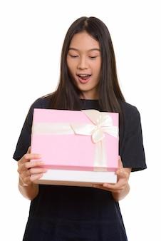 Adolescente asiática linda surpresa abrindo caixa de presente