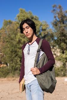 Adolescente asiática no parque