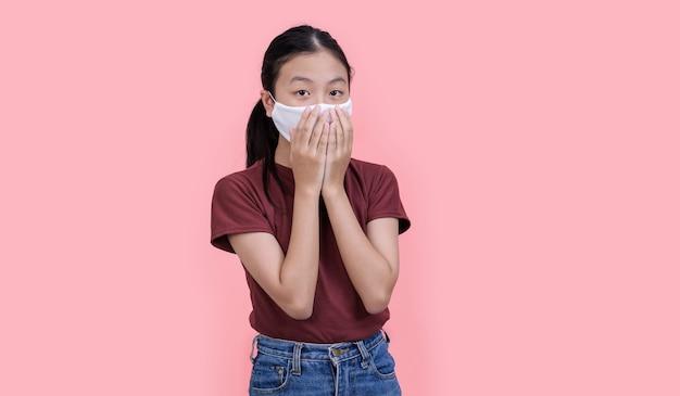 Adolescente asiático usando máscara médica prevenção de covit-19