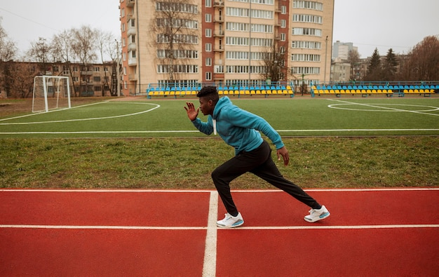 Adolescente ativo correndo ao ar livre