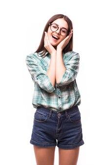 Adolescente atraente com sorriso surpreso e animado, com dentes brancos, sobre o conceito branco de estudante feliz