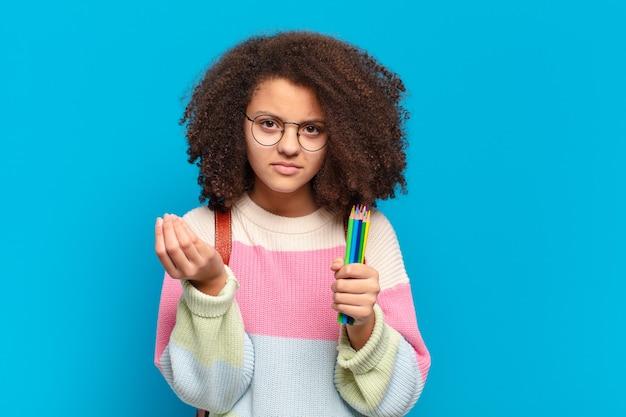 Adolescente bastante afro fazendo capice ou gesto de dinheiro, mandando você pagar suas dívidas!