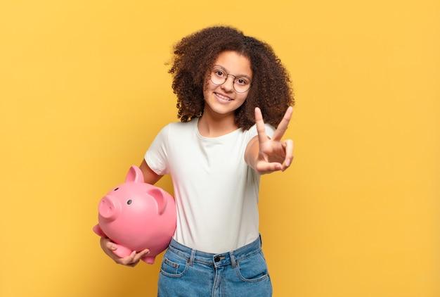 Adolescente bastante afro, gritando com as mãos no ar, sentindo-se furioso, frustrado, estressado e chateado. conceito de economia